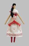 Denhandgjorda isolerade dockaflickan i ukrainska folk utformar klänningen Arkivbilder