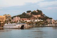 Denia、城堡和小船,巴伦西亚自治区,西班牙口岸  库存照片