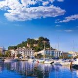 Denia Port avec la province Espagne d'Alicante de colline de château Photographie stock