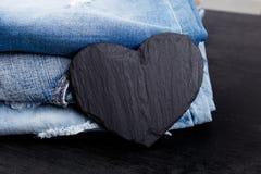 denim Предпосылка текстуры джинсов вектор Валентайн иллюстрации дня пар любящий Черное каменное сердце шифера скопируйте космос Стоковое Изображение