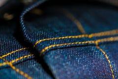 Denim bleu et jaune avec piquer photographie stock libre de droits