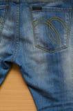 Denim blu con la cucitura e la tasca dei jeans Immagini Stock