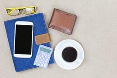 Denim blu della copertura del taccuino con il calcolatore mobile dell'etichetta vuota wal Fotografie Stock