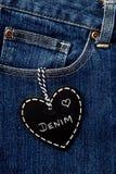 Denim d'amour - tableau noir de forme de coeur sur le denim Photo libre de droits
