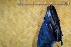Denim-Jeans- und Gurthängen Lizenzfreie Stockbilder