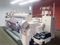 Denim-Maschine an der Produktion Lizenzfreies Stockfoto
