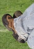 Denim- und Arbeitsmatten mit Gras Stockfoto