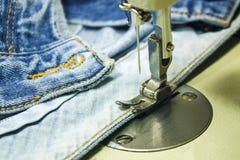 Denimstof op de naaimachine Close-up van het naaien proce Royalty-vrije Stock Afbeeldingen