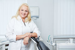 Denist superior em sua prática dental fotografia de stock royalty free