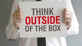 Denk buiten de doos stock video