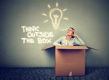 Denk buiten doos Vrouw die uit doos met groot idee komen royalty-vrije stock fotografie