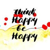 Denk gelukkig gelukkig - hand geschilderde moderne inktkalligrafie is Inspirational motievencitaat op waterverftextuur backgr royalty-vrije illustratie