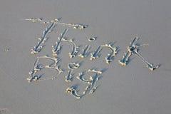 Denk groot bericht in het zand Royalty-vrije Stock Foto's