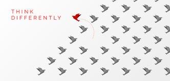 Denk verschillend concept De veranderende richting van de origamivogel royalty-vrije illustratie