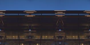 Denkbeeldige moderne voorgevel bij blauw uur Royalty-vrije Stock Afbeeldingen