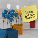 Denken außerhalb des Kastens auf klebrigem Anmerkung und Bleistift lightbilb wie Stockbilder