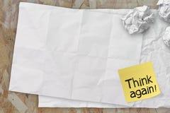 Denken Sie, dass wieder Wörter klebriges Briefpapier auf Beschaffenheitspapier wie zerknitterten Stockfotos
