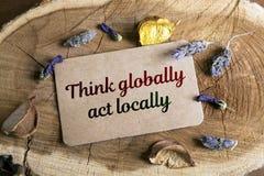 Denken Sie global, Tat am Ort stockbild