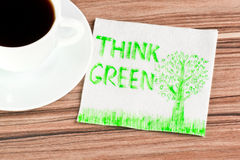 Denken Sie Grün auf einer Serviette Stockbilder