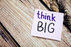 Denken Sie große handgeschriebene Wörter auf Weißbuch mit hölzerner Barke als Hintergrund Positive Mitteilungen auf Ebene legen K Stockfotografie
