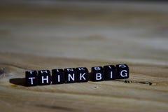 Denken Sie großes auf Holzklötzen Motivations- und Inspirationskonzept stockfoto