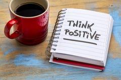 Denken Sie positive Anmerkung mit Kaffee stockfotos