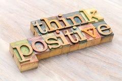 Denken Sie positive Wortzusammenfassung in der hölzernen Art stockfotos