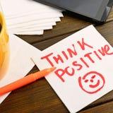 Denken Sie positives Schreiben auf weißer Serviette stockfoto