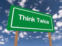 Denken Sie zweimal grünes und weißes Zeichen Stockbild
