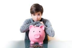 Denken an Spareinlagen auf einem Sparschwein Stockbild