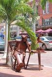 Denkend Tin Man op Stadsstraat stock foto