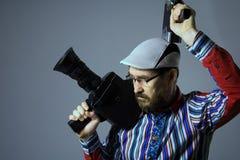 Denkende bärtige alte Retro- Filmkamera des Mannes zwei Lizenzfreie Stockbilder