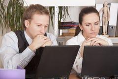 Denkende Büroangestellte Stockfoto