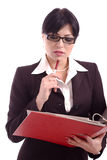 Denkende bedrijfsvrouw die een dossierhouder houdt stock fotografie