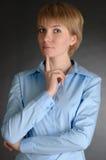 Denkende blonde Geschäftsfrau. Lizenzfreie Stockbilder