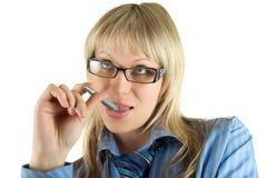 Denkende blonde Geschäftsfrau Stockfoto