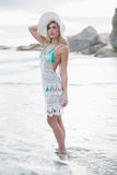 Denkende Blondine im weißen Strand kleiden die Aufstellung weg schauen Stockfoto