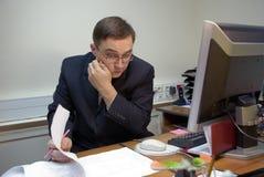 Denkende bureaumanager Stock Foto