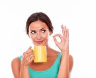 Denkende donkerbruine vrouw met koffiemok Stock Foto's