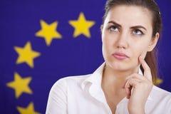 Denkende Frau über europäischer Markierungsfahne Stockfoto