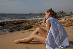 Denkende Frau auf dem Strand stockfoto