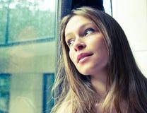 Denkende Frau, die oben schaut lizenzfreie stockfotos