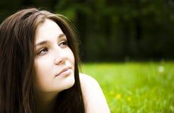 Denkende Frau draußen Lizenzfreies Stockfoto