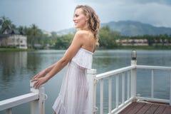 Denkende Frau durch den See Stockfotos