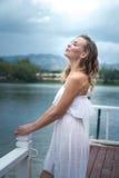 Denkende Frau durch den See Stockbild