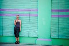 Denkende Frau gegen Stadtwand Stockfoto