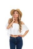 Denkende Frau im beige Hut, der oben schaut Lizenzfreie Stockfotos