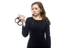 Denkende Frau mit den Handschellen Stockfotos
