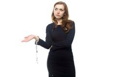 Denkende Frau mit den Handschellen Stockbilder