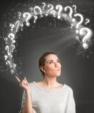 Denkende Frau mit Fragensymbol Stockbilder